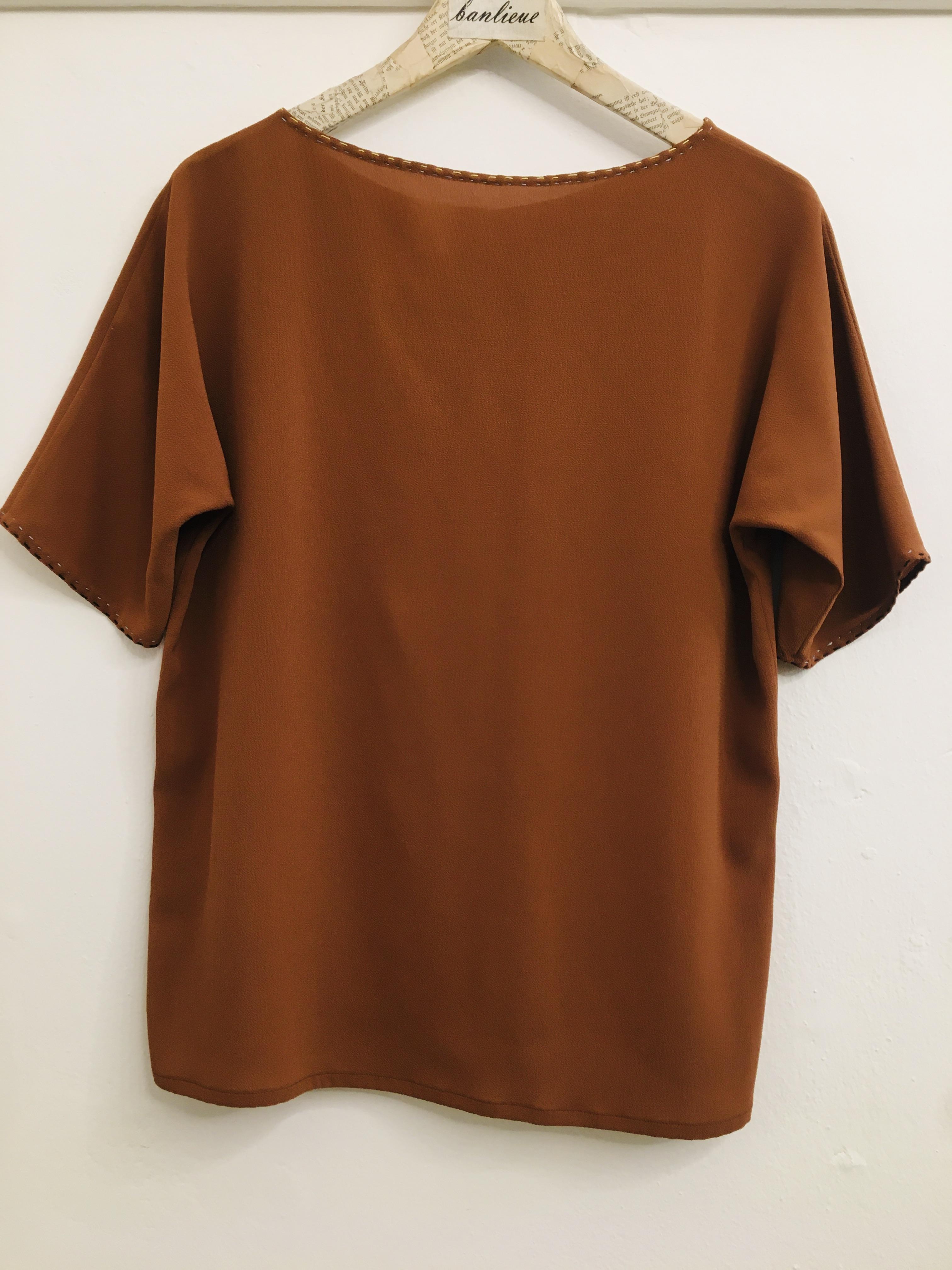 Blusa donna| in viscosa e seta| color biscotto| modello sartoriale| scollo tondo| made in Italy