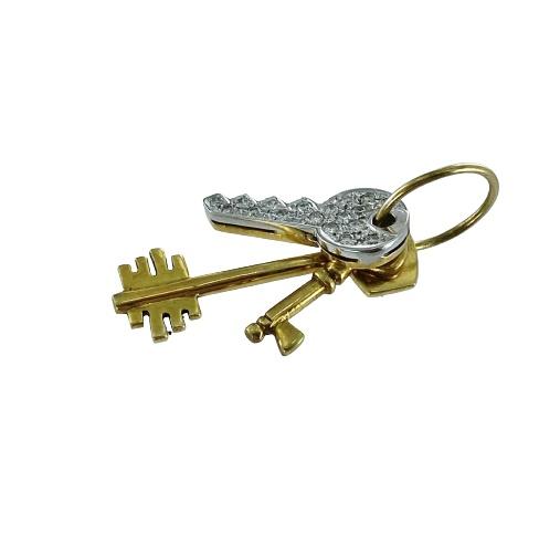Ciondolo in oro bicolore 18kt e diamanti a forma di mazzo di chiavi.