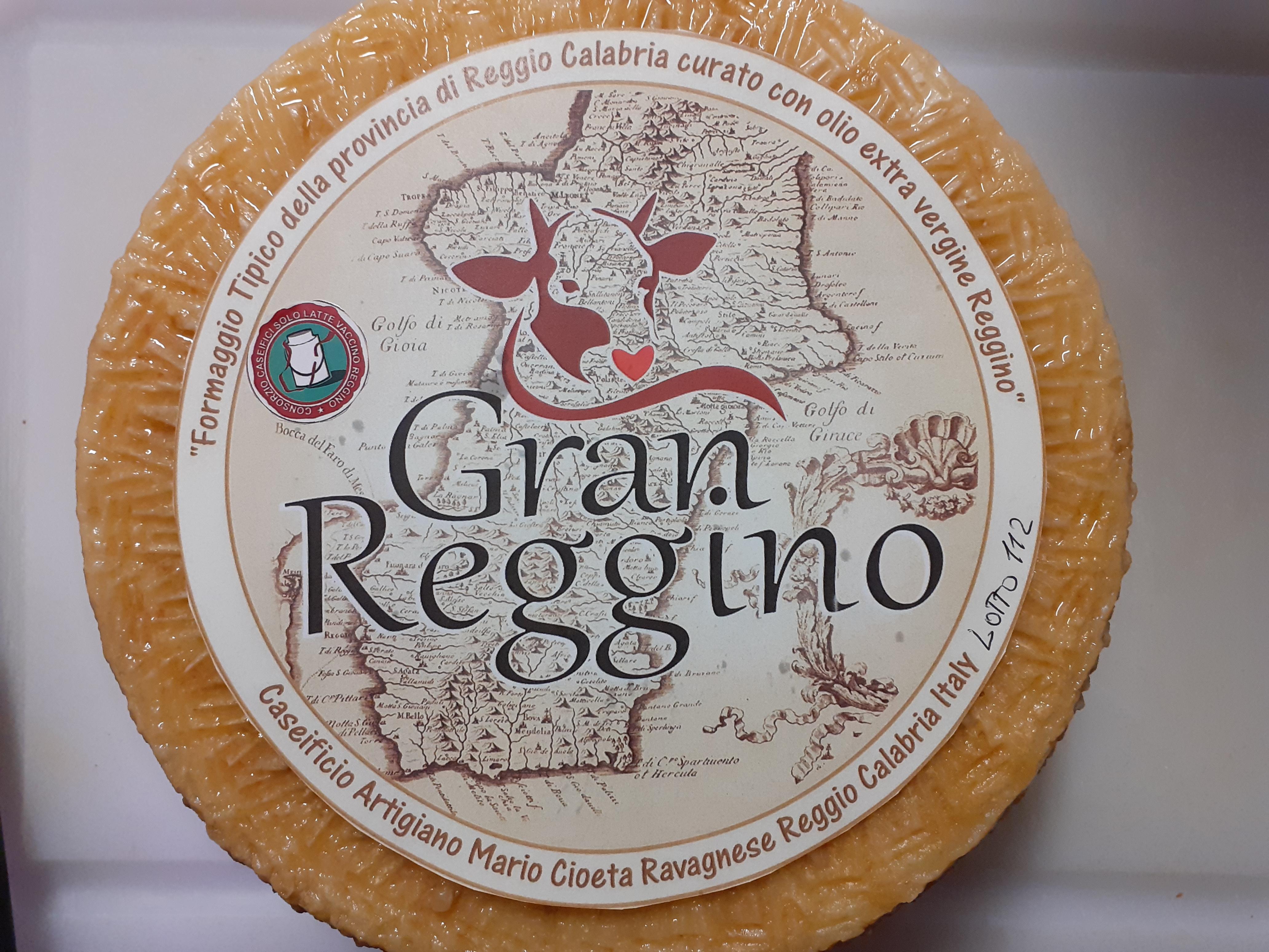 Gran Reggino stagionato 10 mesi fatto con latte Reggino da mucche di razza Pezzata Rossa e Bruna Alpina.